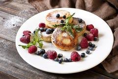 乳酪薄煎饼用新鲜的莓果 免版税库存照片
