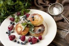 乳酪薄煎饼用新鲜的莓果 免版税图库摄影