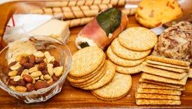乳酪薄脆饼干和坚果 免版税库存图片