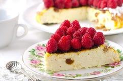 乳酪蛋糕、蛋白牛奶酥、奶油色奶油甜点、布丁点心用新鲜的莓和薄荷叶在一块白色板材 免版税库存图片