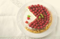 乳酪蛋糕、蛋白牛奶酥、奶油色奶油甜点、布丁点心用新鲜的莓和薄荷叶在一块白色板材 库存图片