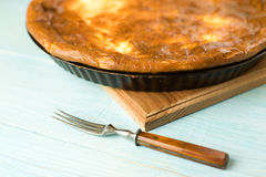乳酪蛋糕和一把叉子在蓝色 库存照片