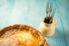 乳酪蛋糕和三把叉子在蓝色 免版税图库摄影