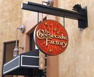 乳酪蛋糕工厂餐馆标志 免版税库存照片