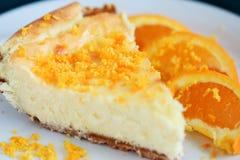 乳酪蛋糕接近的桔子 免版税库存照片