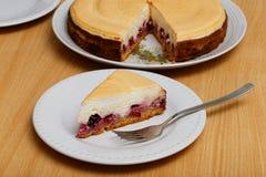 乳酪蛋糕片断用樱桃和蛋白甜饼 库存照片