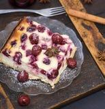 乳酪蛋糕用在一块玻璃板的樱桃 库存照片