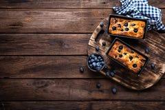 乳酪蛋糕用在木背景,顶视图的蓝莓 图库摄影
