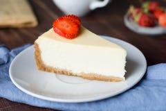 乳酪蛋糕用在白色板材的草莓 库存图片