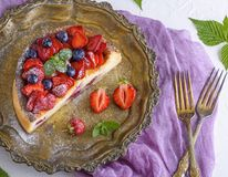 乳酪蛋糕用在铁铜版的草莓 库存图片