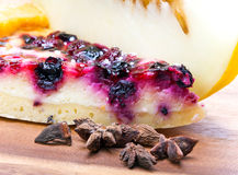 乳酪蛋糕用浆果和一个新鲜的瓜 库存图片