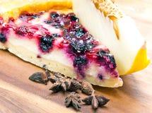 乳酪蛋糕用浆果和在一个木盘的一个新鲜的瓜 免版税库存照片