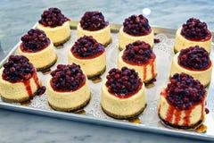 乳酪蛋糕用红色莓果在面包店 免版税库存图片