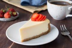 乳酪蛋糕用草莓和咖啡 免版税库存图片