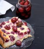 乳酪蛋糕的片断用在一块玻璃板的樱桃 免版税库存图片