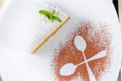 乳酪蛋糕的装饰镀层和介绍 免版税图库摄影