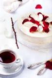 乳酪蛋糕,与红色莓果顶部的奶油甜点蛋糕 库存图片