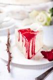 乳酪蛋糕,与红色莓果顶部的奶油甜点蛋糕 库存照片
