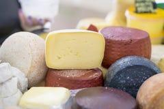 乳酪转动不同的成绩和裁减片断在市场柜台,五颜六色的颜色 在市场上的烹饪精制的产品 库存图片