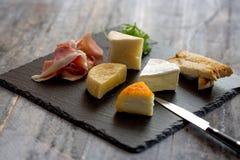 乳酪选择和Jamon在木板材 免版税库存图片