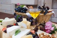 乳酪酒吧用果子和蜂蜜在自助餐桌上 库存图片