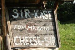 乳酪销售的标志在几种语言 免版税库存图片
