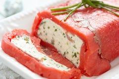 乳酪陶罐包裹与熏制鲑鱼 图库摄影