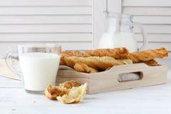 乳酪黏附用油酥点心在木盘子 可口appetiz 免版税库存照片