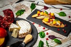 乳酪,亚尔方索芒果多士在厨房里 这亚尔方索芒果和戈贡佐拉tartines,多士,bruschetta 库存图片
