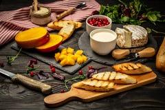 乳酪,亚尔方索芒果多士  Bruschetta用芒果和乳酪 自创 健康素食nutritionon木背景, 免版税库存图片