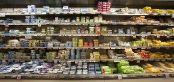 乳酪,无盐干酪 有可食的产品的棚架冰箱 : 免版税图库摄影