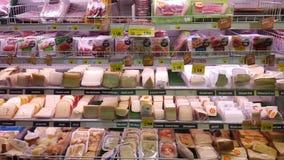 乳酪,无盐干酪 有可食的产品的棚架冰箱 : 免版税库存图片
