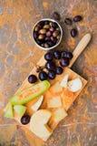 乳酪,果子,自然大理石表面上的酒静物画  免版税库存图片