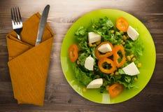 乳酪,莴苣,玉米,在木背景的胡椒沙拉  v 免版税库存图片