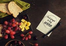 乳酪,葡萄,樱桃,在黑暗的土气嘲笑上添面包  图库摄影
