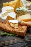 乳酪-巴马干酪,咸味干乳酪,羊乳干酪,切达乳酪的各种各样的类型 库存图片