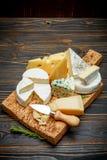 乳酪-巴马干酪,咸味干乳酪,羊乳干酪,切达乳酪的各种各样的类型 免版税库存图片