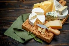 乳酪-巴马干酪,咸味干乳酪,羊乳干酪,切达乳酪的各种各样的类型 图库摄影