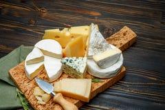 乳酪-巴马干酪,咸味干乳酪,羊乳干酪,切达乳酪的各种各样的类型 免版税库存照片