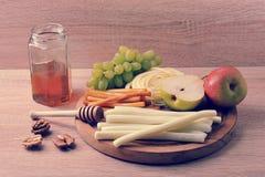 乳酪Suluguni乳酪和一个瓶子的各种各样的类型蜂蜜 免版税库存照片