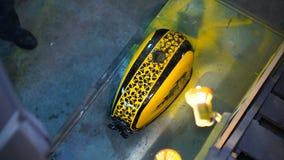 绘了一习惯motobike的黄色汽油箱在车库的 股票视频