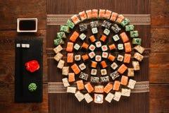 了不起的寿司集合,五颜六色的明亮的装饰品舱内甲板位置 免版税库存图片