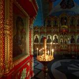 了不起的象和被点燃的蜡烛在假定大教堂里面疆土的  免版税库存图片