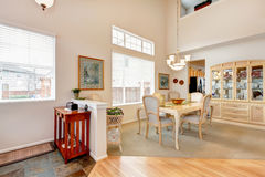 了不起的餐厅设计。开放墙壁设计 库存照片