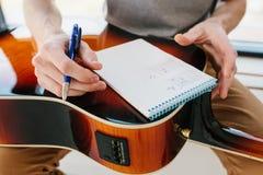了解作用的吉他 音乐教育和业余教训 爱好和热情弹的吉他和 免版税库存图片