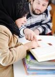 了解穆斯林的女孩 图库摄影