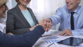 了解竞选办公室工作者,握手,成交的候选人 股票视频