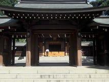 给予条件的人在寺庙在日本 库存图片