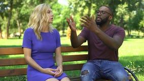 争吵和破坏在公园,不同的期望的被激怒的夫妇 股票录像