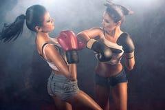 争吵在健身房的两个运动女孩 免版税库存照片